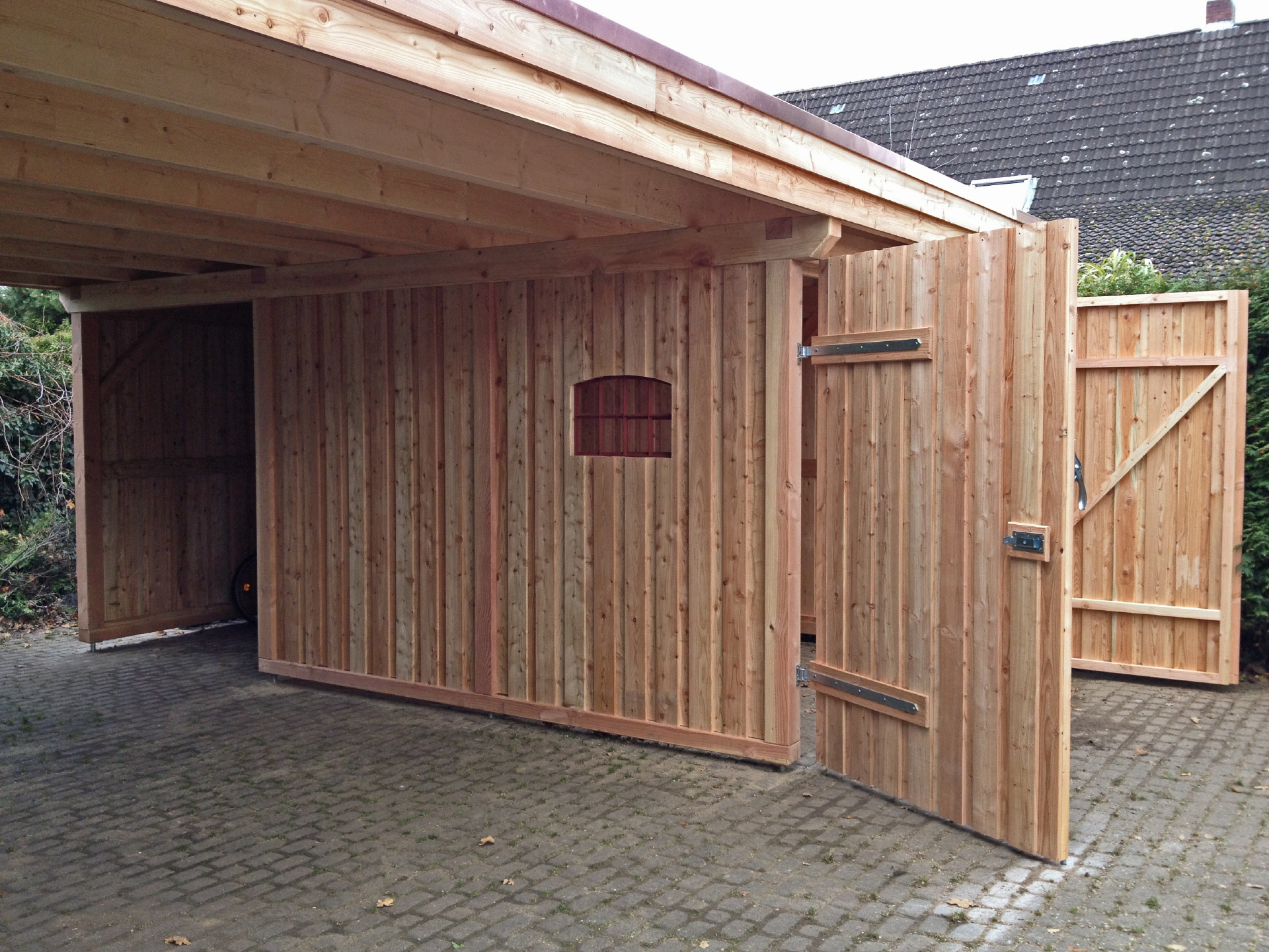 garage mit carport aus holz. Black Bedroom Furniture Sets. Home Design Ideas
