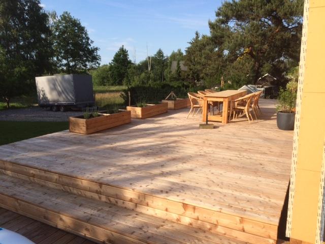 Ein Platz im Freien, Balkon oder (überdachte) Terrasse aus Holz
