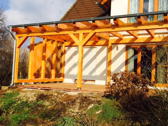 Balkon mit Pergola aus Holz