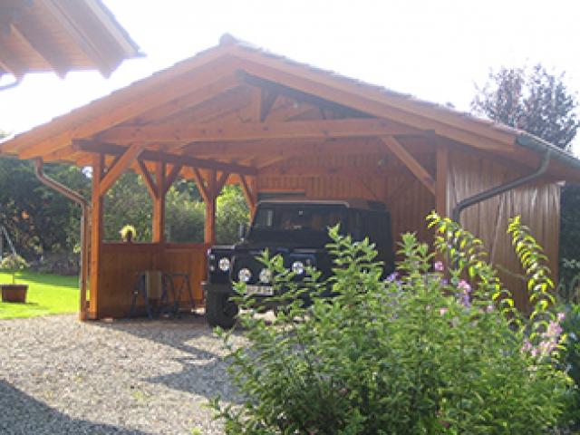 Carport aus Holz, Unterstellplatz für Auto.